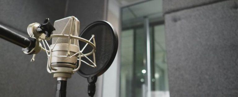 microfone em estúdio de rádio